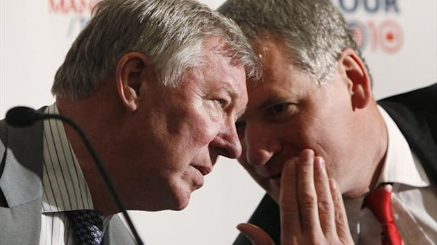 Manchester United's manager Alex Ferguson (L) speaks with Manchester United Chief Executive David Gill (Reuters)
