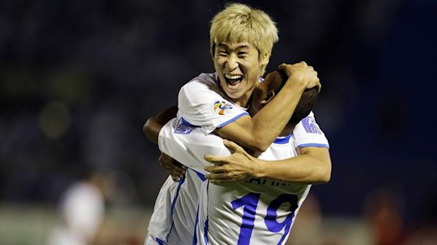 Lee Keun-ho (L) of South Korea's Ulsan Hyundai celebrates with teammate Rafinha (Reuters)