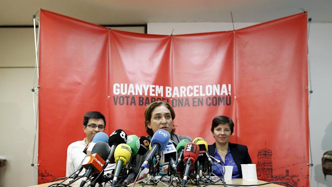 """Barcelona en Comu"" party leader Ada Colau attends a news conference, next to Gerardo Pisarello and Laia Ortiz, after her victory in the Barcelona municipal elections, in Barcelona"
