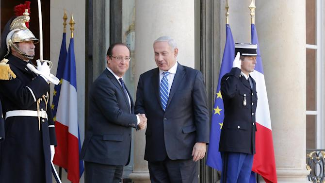 Israeli Prime Minister Benjamin Netanyahu, centre right, and French President Francois Hollande, left, during a welcoming ceremony in Paris Wednesday, Oct. 31, 2012.  (AP Photo/ Jacques Brinon)
