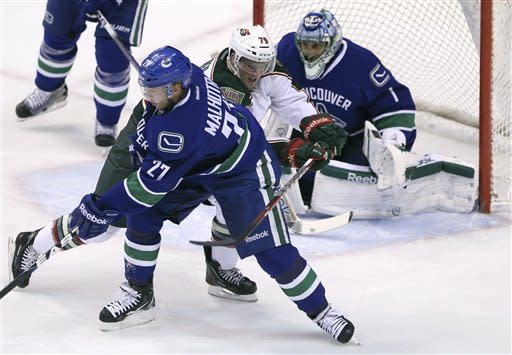 Luongo stops 33, Canucks beat Wild 4-0