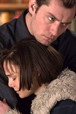 Jude Law and Natalie Portman in Columbia Pictures' Closer