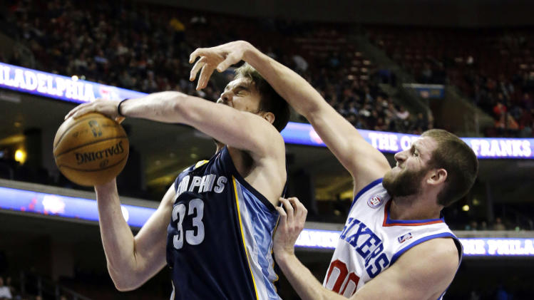 Philadelphia 76ers' Spencer Hawes, right, defends against Memphis Grizzlies' Marc Gasol, of Spain, during the first half of an NBA basketball game, Monday, Jan. 28, 2013, in Philadelphia. (AP Photo/Matt Slocum)