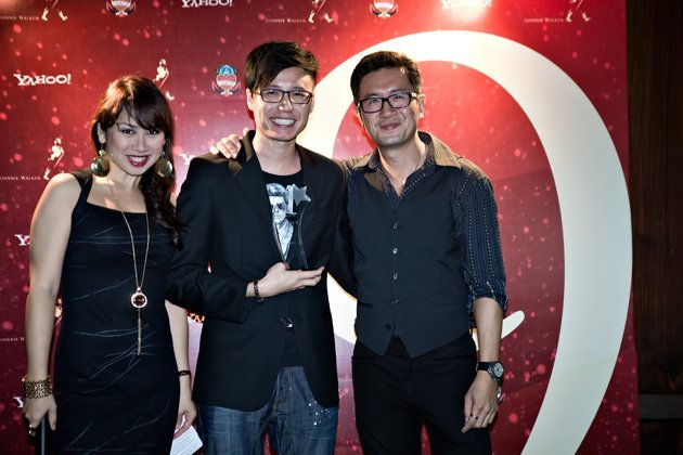 Singaporean filmmaker Ray Pang (center) at Yahoo! Singapore 9 Awards Night with host Vernetta Lopez (left) and actor and judge Adrian Pang (right).