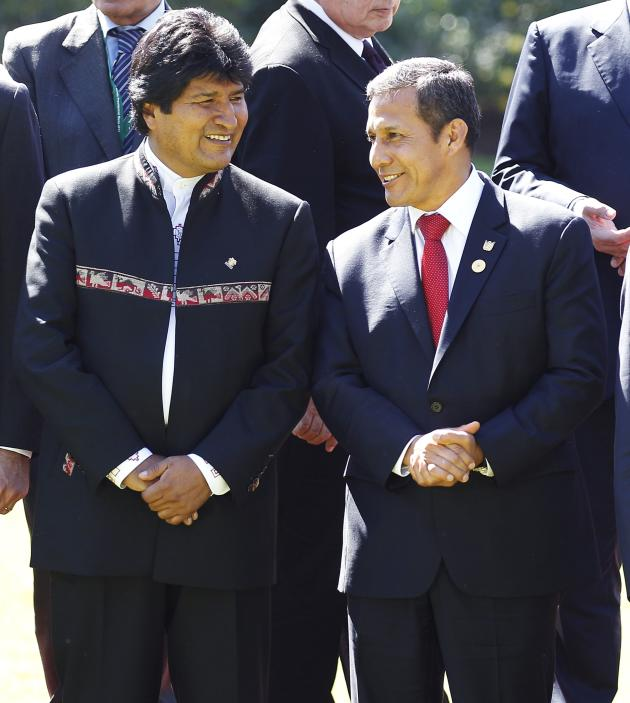 Peru's President Humala speaks with Bolivia's president Evo Morales after a meeting with Chilean president Bachelet at Cerro Castillo Presidential Palace in Vina del Mar city