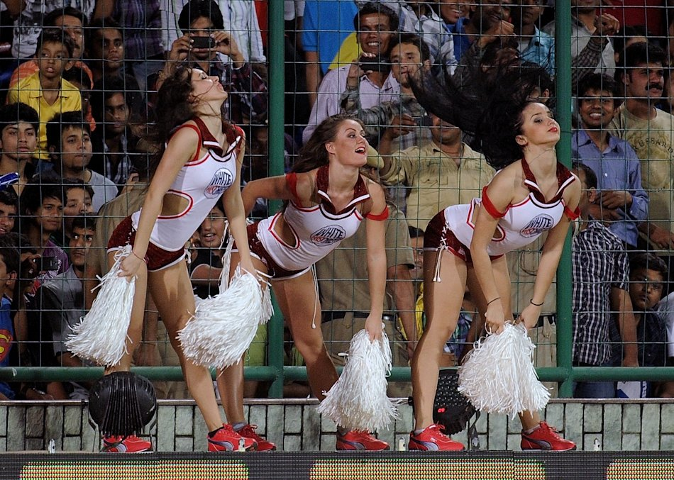 Delhi Daredevils cheerleaders perform du