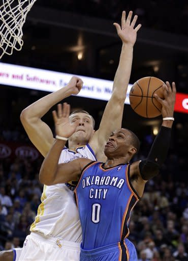 Curry, Lee lead Warriors past Thunder 104-99