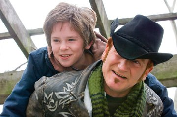 Freddie Highmore and Robin Williams in Warner Bros. Pictures' August Rush