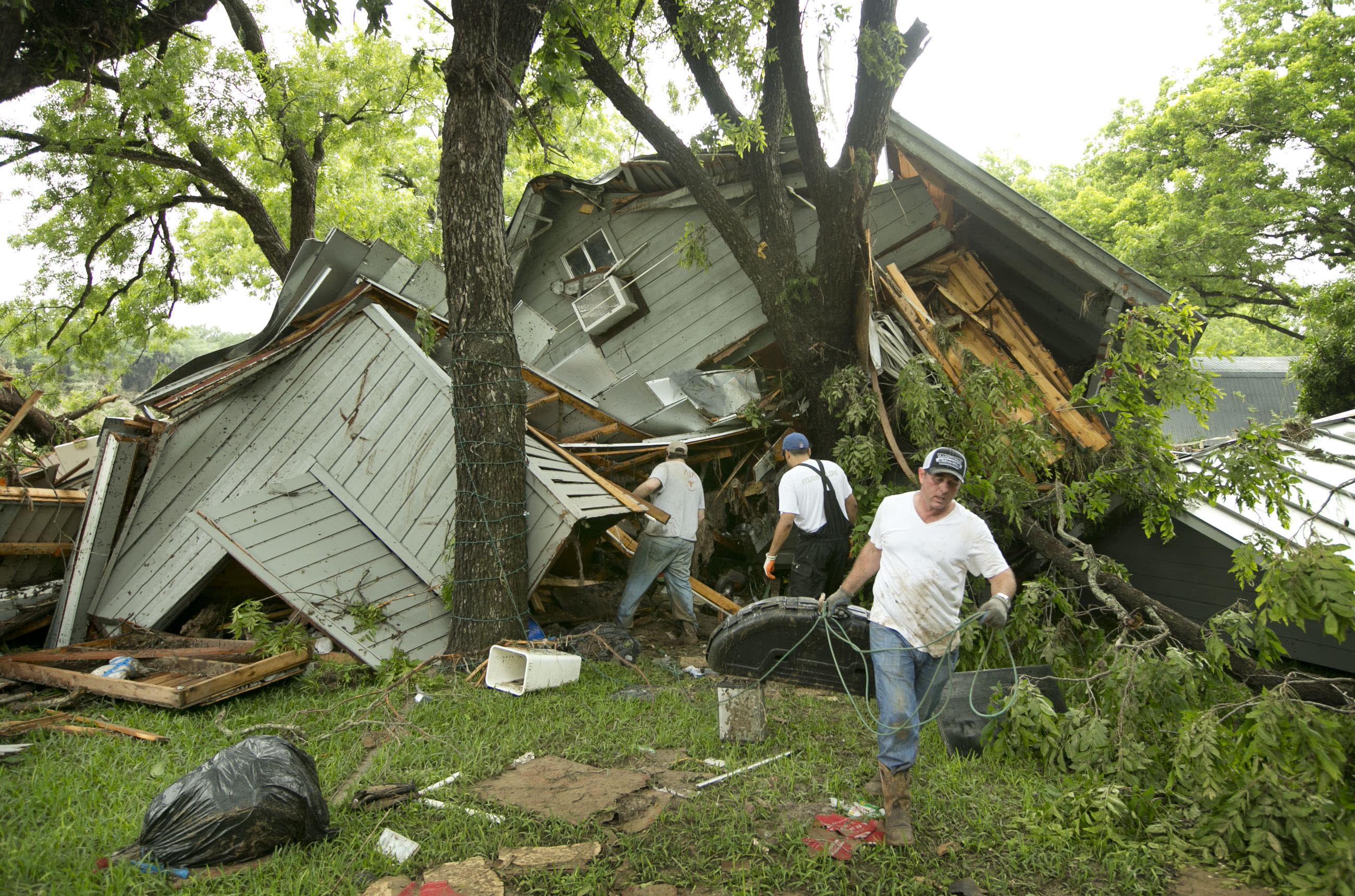 Flash floods in Texas, Oklahoma kill 2; 100s of homes gone