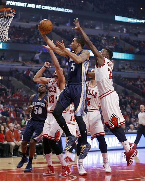 Memphis Grizzlies shooting guard Courtney Lee (5) drives to the basket past Chicago Bulls center Joakim Noah (13), Carlos Boozer (5) and Jimmy Butler (21) as teammate Zach Randolph (50) watches during