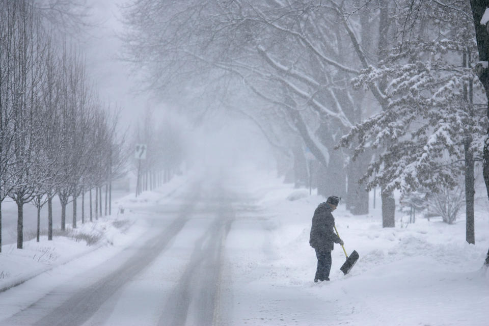 Winter snowstorm pummels Midwest, heads toward DC