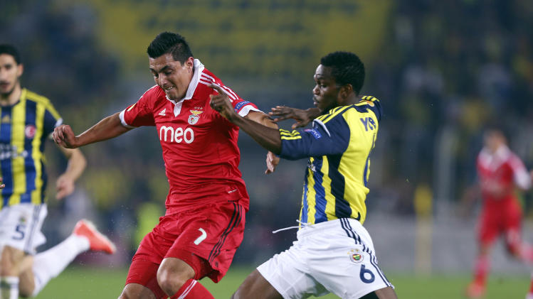 Fenerbahce's Joseph Yobo, right, vies with Oscar Cardozo of Benfica during their Europa League semi-final first leg soccer match at Sukru Saracoglu Stadium in Istanbul, Turkey, Thursday, April 25, 2013. (AP Photo)