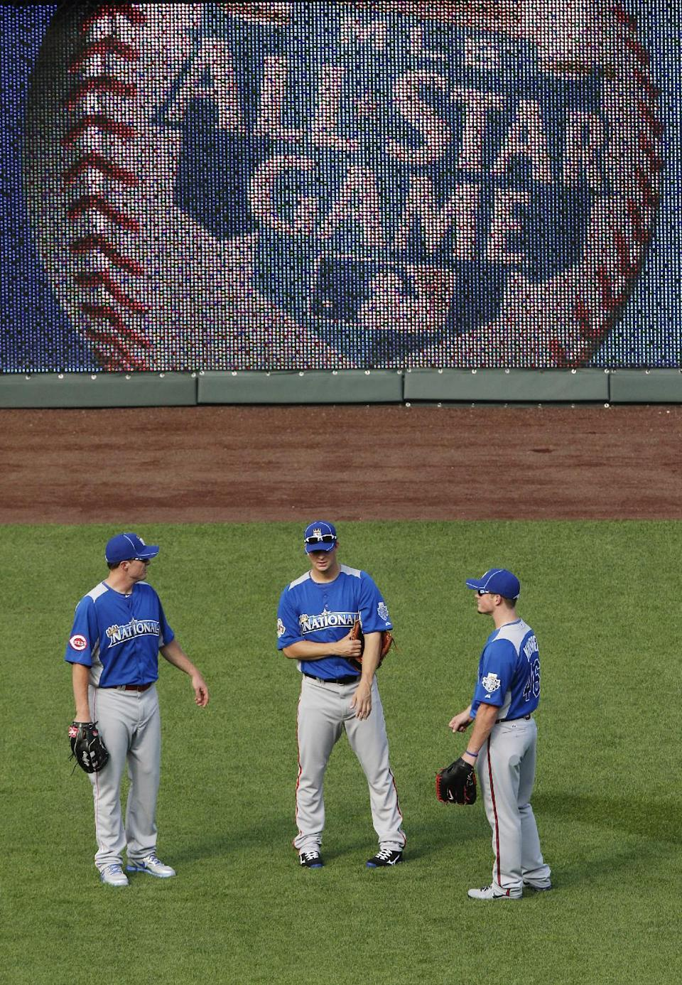National League's Jay Bruce, of the Cincinnati Reds, Matt Cain, of the San Francisco Giants, and Craig Kimbrel, of the Atlanta Braves, talk in the outfield during MLB All-Star baseball batting practice, Monday, July 9, 2012, in Kansas City, Mo. (AP Photo/Charlie Riedel)