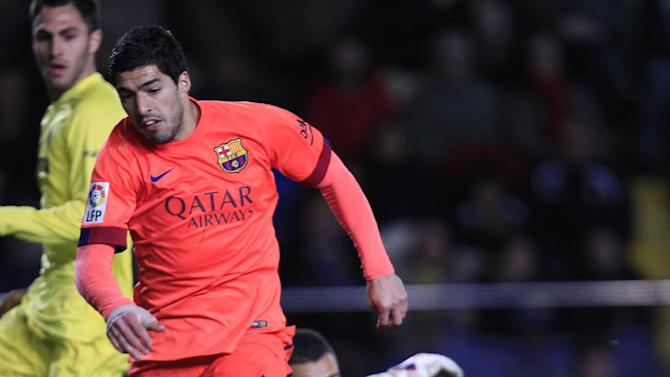 Barcelona's Luis Suarez, left, shoots to score pass Villarreal's goalkeeper Sergio Asenjo during a semifinal, second leg, Copa del Rey soccer match between FC Barcelona and Villarreal at the Madrigal stadium in Villarreal, Spain, Wednesday, March 4, 2015. (AP Photo/Alberto Saiz)