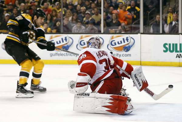 Bruins top Red Wings 4-1, level series at 1-1