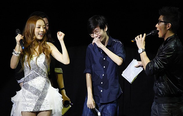 Hara grooves with a fan who can't believe his luck (Photo courtesy of VizPro)