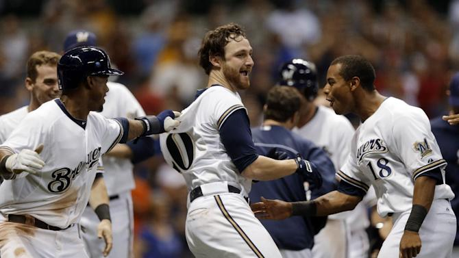 Lucroy's homer gives Brewers 7-6 win over Reds