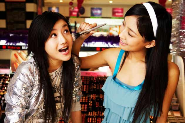 2. Sharing makeup with your girl friends.