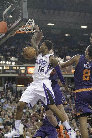 Sacramento Kings guard Ben McLemore, left, stuffs against Phoenix Suns' Miles Plumlee, center and Channing Frye during the third quarter of an NBA basketball game in Sacramento, Calif., Tuesday, Nov.