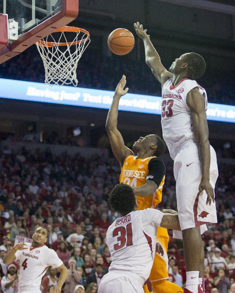 Portis, Qualls lead Arkansas past Tennessee 69-64