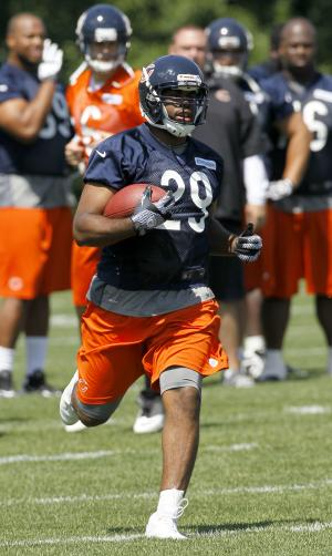 Chicago Bears running back Michael Bush carries the ball during NFL football practice Tuesday, June 12, 2012, in Lake Forest, Ill. (AP Photo/Charles Rex Arbogast)
