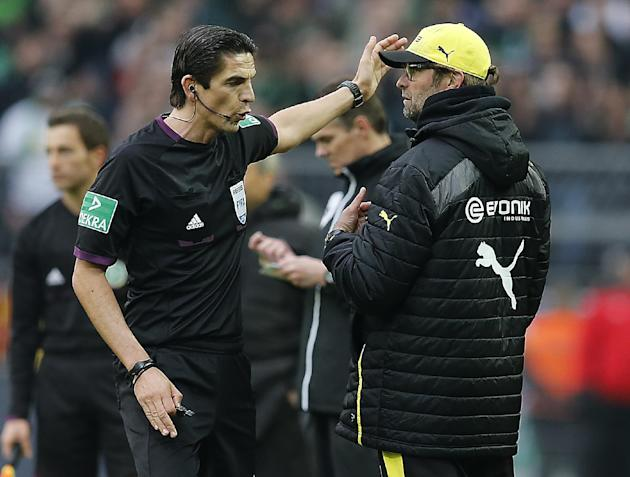 Referee Deniz Aytekin, left, gestures to Dortmund head coach Juergen Klopp during the German first division Bundesliga soccer match between BvB Borussia Dortmund and VfL Borussia Moenchengladbach in D