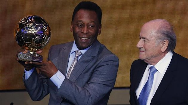 Pele with his special award (Reuters)