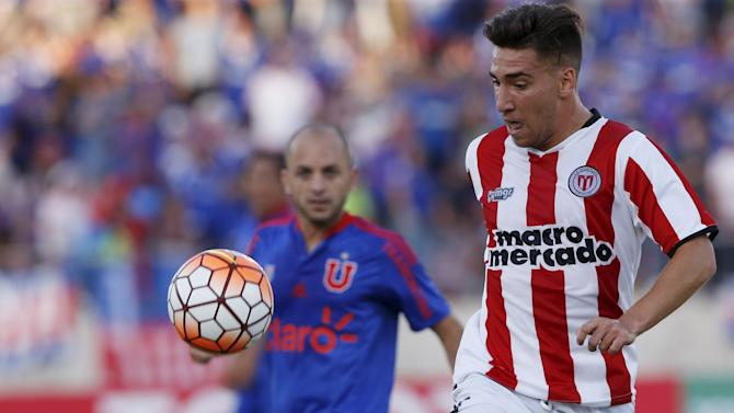 Universidad de Chile's Leonardo Valencia (L) fights for the ball with Fernando Gorriaran(R) of River Plate.