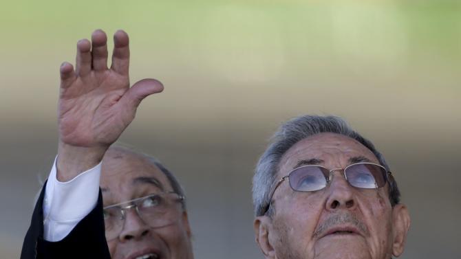Cuba's President Raul Casto (R) and Cuba's Cardinal Jaime Ortega, leader of Cuba's Catholic Church wave goodbye to Pope Francis at Jose Marti airport in Havana