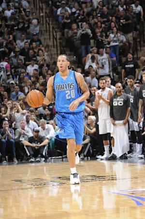 Mavericks officially re-sign G Devin Harris