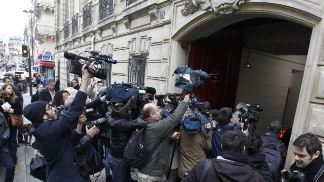 Reporters gather outside former President Nicolas Sarkozy's office where he is having lunch with his former Prime Minister Francois Fillon, Monday, Nov. 26, 2012 in Paris. A mediation effort Sunday failed to reconcile the Union for a Popular Movement party or figure out who's in charge, seven days after a disputed election for a new party leader. The election a week ago split party members into those leaning toward the anti-immigrant far right, represented by Cope, and those hewing to more centrist views, supporting Fillon. (AP Photo/Remy de la Mauviniere)