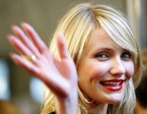 Cameron Diaz waving for the camera at the 2005 Toronto International Film Festival while promoting In Her Shoes.