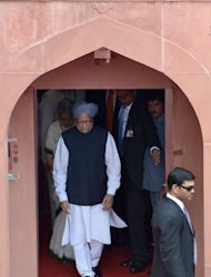 Indian Prime Minister Manmohan Singh (C) leaves the Red Fort after delivering his speech on India&#39;s 66th Independence Day in New Delhi on August 15, 2012. Manmohan Singh used his Independence Day speech to promise to improve conditions for foreign investment in the country after a sharp downturn in economic growth