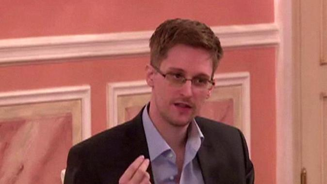 An image grab taken from a video released by Wikileaks on October 12, 2013 shows US intelligence leaker Edward Snowden speaking during a dinner with US ex-intelligence workers and activists in Moscow on October 9, 2013