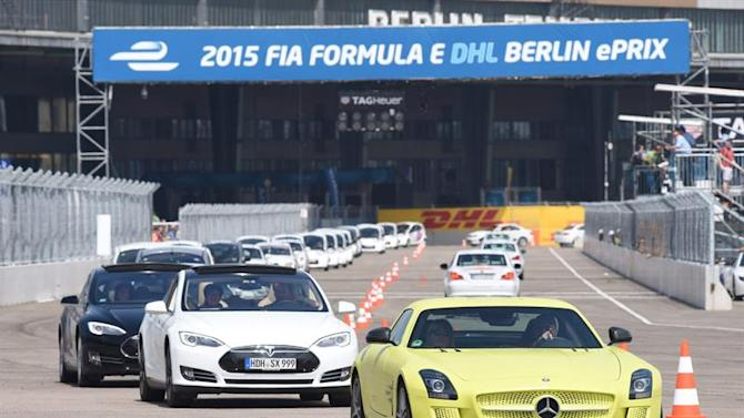 BER601. Berlin (Germany), 23/05/2015.- Electric cars attempt to break a world record as they speed down the race track of the FIA Formula E race at the former Tempelhof Airport in Berlin, Germany, 23 May 2015. More than 530 vehicles gathered on the race track for the Guiness World Record. The FIA Formula E race in Berlin takes place on 23 May 2015. (Alemania) EFE/EPA/RAINER JENSEN