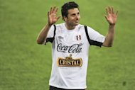 Peru striker Claudio Pizarro waves to fans during a national football team training session in Lima on May 22. Werder Bremen&#39;s Pizarro will return to Bayern Munich for next season after signing a one-year contract with the Bavarian giants