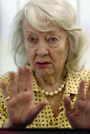 """FILE - In this May 11, 2004 file photo, retired film actress Audrey Totter speaks during an interview at the Motion Picture and Television Fund Hospital in the Woodland Hills section of Los Angeles. Totter, the radio actress who became a silver screen star by playing femme fatales in 1940s film noir including """"Lady in the Lake,"""" died Thursday, Dec. 12, 2013. She was 95. (AP Photo/Ric Francis, File)"""