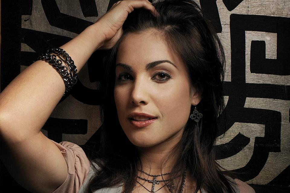 Carly Pope stars as Garbo in Dirt on FX.