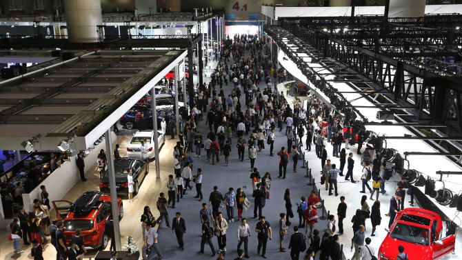 People visit the Guangzhou Auto Show in China's southern city of Guangzhou Thursday, Nov. 22, 2012. China's second major largest show kicked off Thursday. (AP Photo/Vincent Yu)