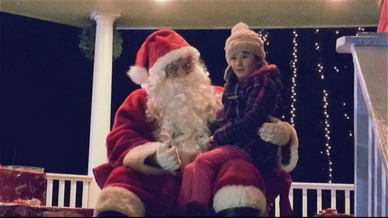 Signing Santa delivers Christmas surprise for deaf girl