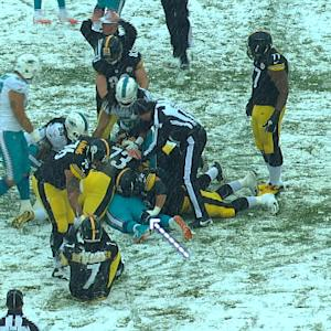 Pittsburgh Steelers guard Cody Wallace gets personal with Miami Dolphins defensive tackle Randy Starks