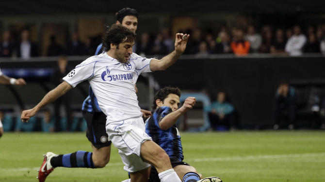 Schalke 04 forward Raul Gonzalez, of Spain, scores during a Champions League, first-leg quarterfinal soccer match between Inter Milan and Shalke 04, at the San Siro stadium in Milan, Italy, Tuesday, April 5, 2011. (AP Photo/Luca Bruno)