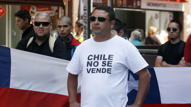 """A Chilean nationalists with a t-shirt that reads in Spanish, """"Chile is not for Sale"""", shows his displeasure at the recent world court ruling in Santiago, Chile, Jan. 27, 2014. The United Nations' highest court set a maritime boundary between Chile and Peru, granting the latter a bigger piece of the Pacific Ocean but keeping rich coastal fishing grounds in Chilean hands. (AP Photo/ Luis Hidalgo)."""