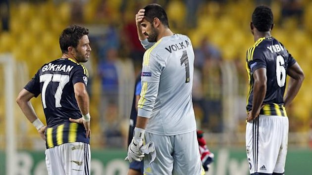Fenerbahce's goalkeeper Volkan Demirel and team-mates Gokhan Gonul and Joseph Yobo (R) (Reuters)