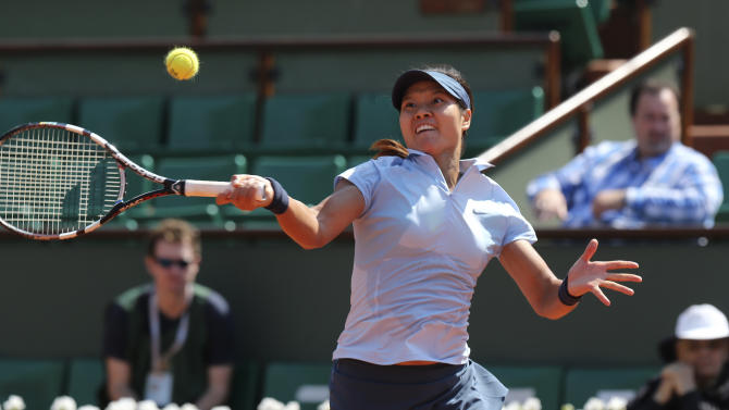 China's Li Na returns the ball to Spain's Anabel Medina Garrigues during their first round match of the French Open tennis tournament at the Roland Garros stadium Monday, May 27, 2013 in Paris. (AP Photo/Michel Euler)