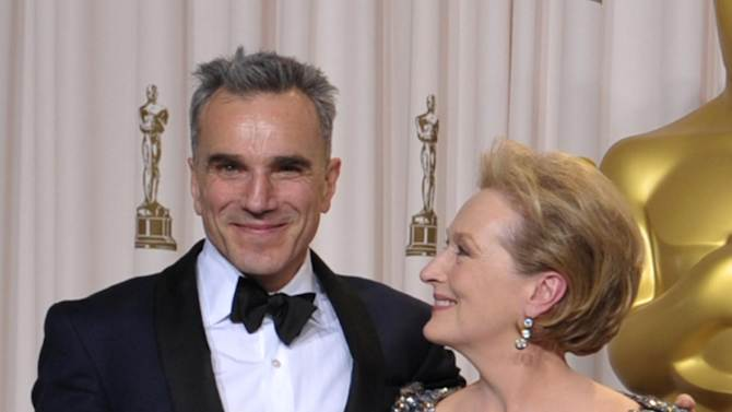 "Daniel Day-Lewis, with his award for best actor in a leading role for ""Lincoln,"" left, and presenter Meryl Streep pose during the Oscars at the Dolby Theatre on Sunday Feb. 24, 2013, in Los Angeles. (Photo by John Shearer/Invision/AP)"
