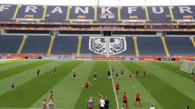 The United States team go through passing drills during a training session in preparation for Sunday's final match against Japan during the Women's Soccer World Cup in Frankfurt, Germany, Saturday, July 16, 2011. (AP Photo/Marcio Jose Sanchez)