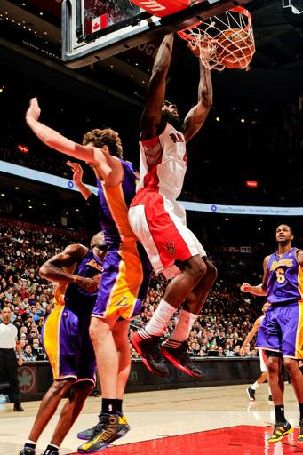 Fields scores 18 as Raptors beat struggling Lakers