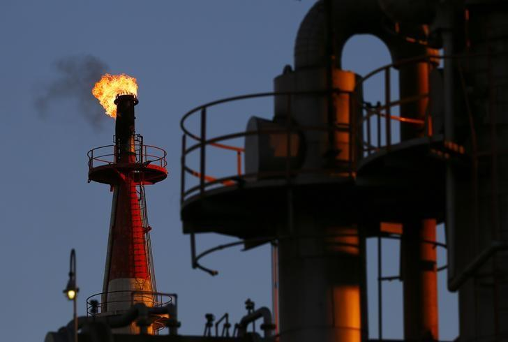 Oil down in light volume; cautious week expected before OPEC