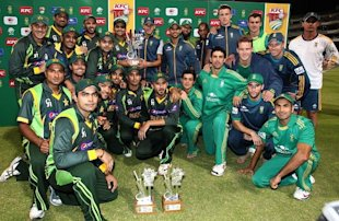 Pakistan and South Africa Teams together after sharing the Series